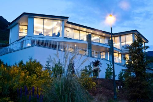 Lake Views at Aspen House by Amazing Accom - Accommodation - Queenstown