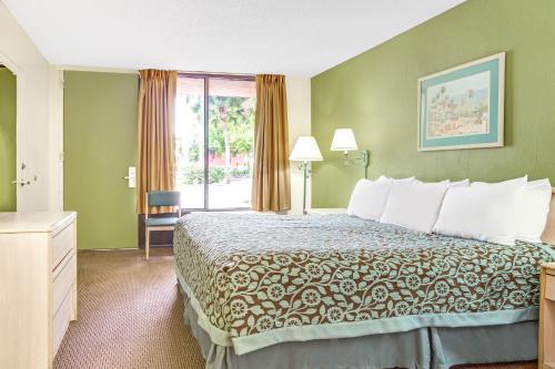 Days Inn by Wyndham Bradenton - Near the Gulf - Bradenton, FL 34208