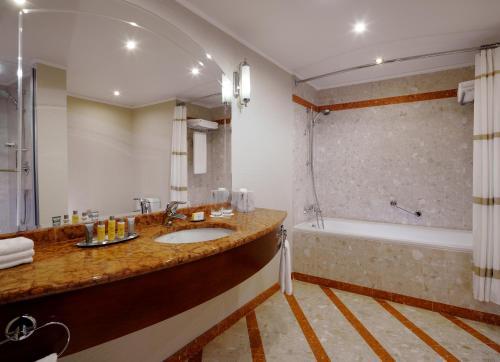 Отель Марриотт Москва Ройал Аврора Улучшенный номер с кроватью размера «king-size» или 2 отдельными кроватями