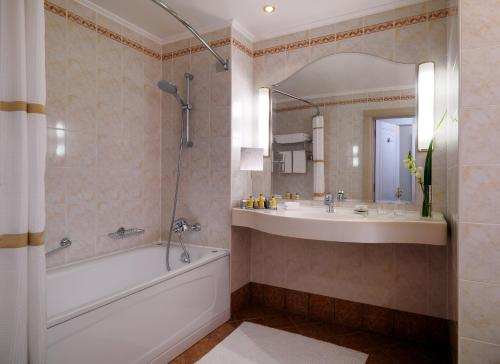 Moscow Marriott Grand Hotel - image 11