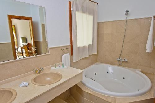 Habitación Doble con vistas al mar y bañera de hidromasaje Boutique Hotel El Tio Kiko 3