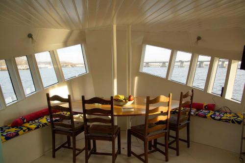 The Island Houseboat photo 15