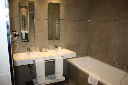 Triple Room Villa Nazules Hípica Spa 12