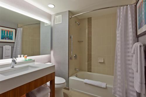 Hyatt Place Chicago River North  Номер с 2 кроватями размера «queen-size» и ванной - Подходит для гостей с ограниченными физическими возможностями