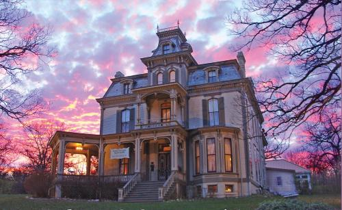 Garth Woodside Mansion Bed And Breakfast - Hannibal, MO 63401