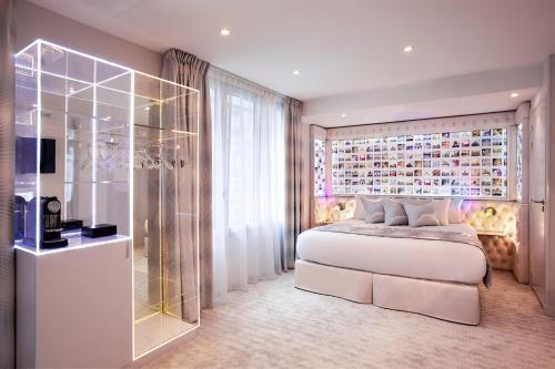 17 rue Duhesme, 75018 Paris, France.