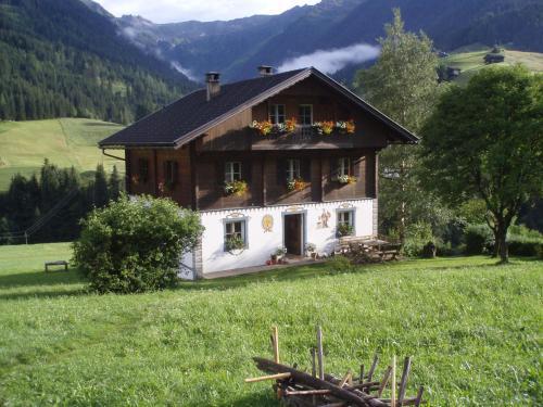 . Bauernhof im Wiesengrund