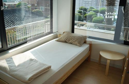 Triple Room with Private External Bathroom Oasita Hostel