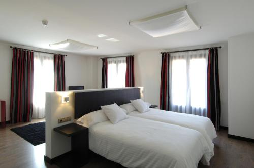 Superior Twin Room Hotel Cienbalcones 12