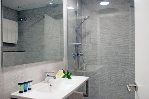 Twin Room with Shower Hotel Llevant 1