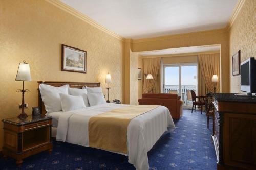 King Hilton Family Room