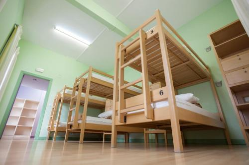 Llit en Dormitori Compartit Femení de 8 Llits (Bunk Bed in 8-Bed Female Dormitory Room)