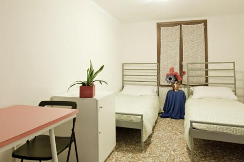 Double or Twin Room with Shared Bathroom Youth Venice Hostelers Home
