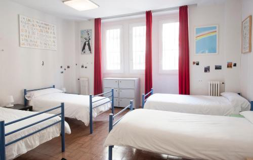 Postelja v mešani skupni spalnici za 6 oseb z dostopom do skupne kopalnice (Bed in 6-Bed Mixed Dormitory Room with Shared Bathroom)