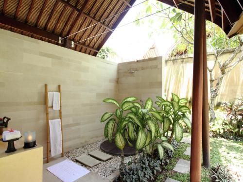 Tangtu, Jl. Pucuk I No.67, Kesiman Kertalangu, East Denpasar, Denpasar City, Bali 80237, Indonesia.