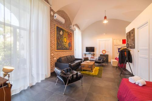 Via Santa Maria di Costantinopoli, 94, 80138 Naples, Italy.
