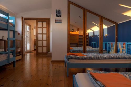 Односпальная кровать в общем номере с 6 кроватями