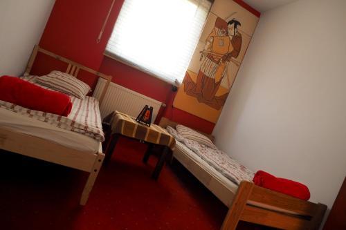 Односпальная кровать в общем номере с 3 кроватями