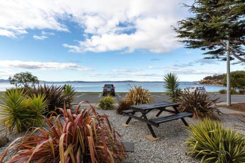 . Beachfront Apartment Blackmans Bay