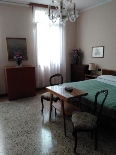 Quarto Triplo com Casa de Banho Privativa  (Triple Room with Private Bathroom)