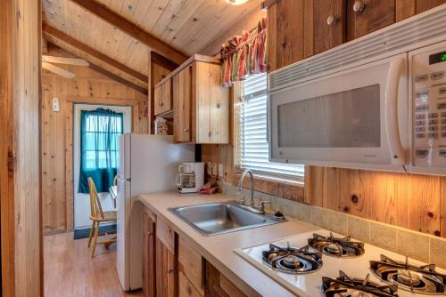 Lake Conroe One-Bedroom Cabin 4