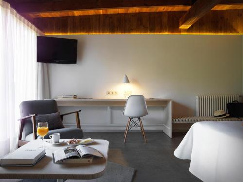 Superior Double or Twin Room - single occupancy Mont-Sant 7