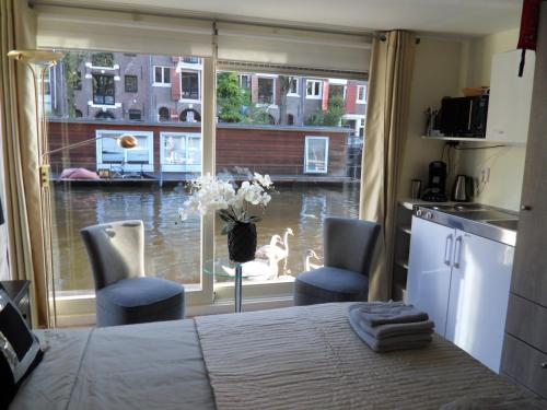The Guest-Houseboat photo 11