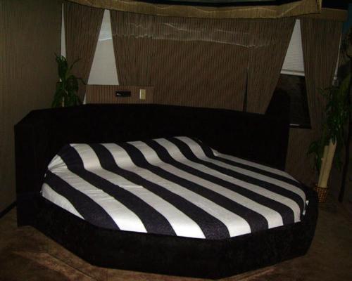 Red Carpet Inn Fanta Suites Hotel - Greenwood, IN 46143