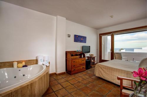 Habitación Doble Superior con vistas al mar y bañera de hidromasaje Boutique Hotel El Tio Kiko 4