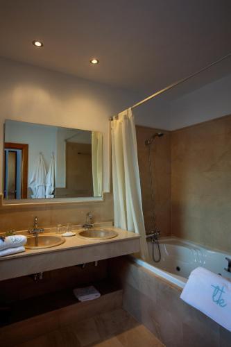 Habitación Doble Superior con vistas al mar y bañera de hidromasaje Boutique Hotel El Tio Kiko 11