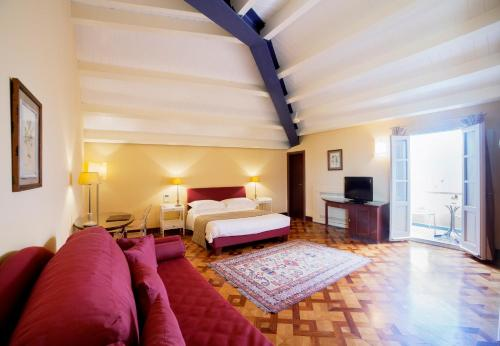 Hotel Antico Roma 1880, Via Roma 66, I-96100 Syracuse, Sicily, Italy.