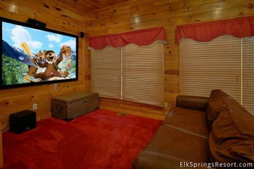 A Mountain View Theater Lodge Holiday Home - Pigeon Forge, TN 37863