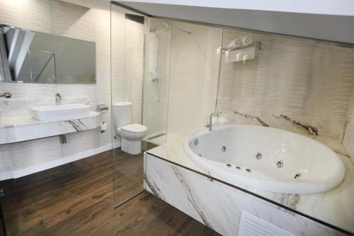 Suite con bañera de hidromasaje Hotel Spa San Marcos 9