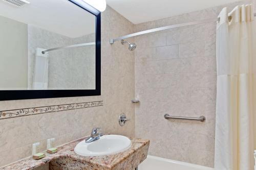 Super 8 by Wyndham Long Island City LGA Hotel - image 9
