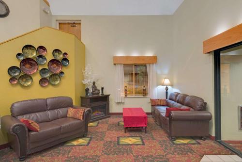 Days Inn By Wyndham Pittsburgh Airport - Coraopolis, PA 15108