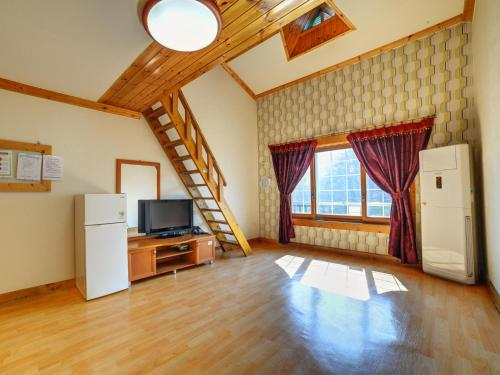 Large Family Room (8 Adults)