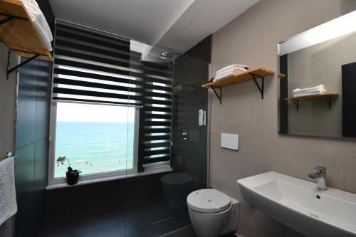 Suite con cama grande y vistas al mar (King Suite with Sea View)