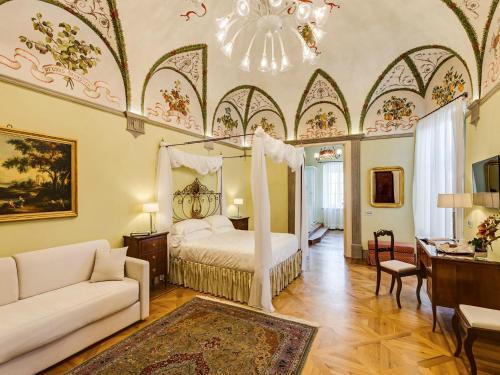 Via Montanini 83, 53100 Siena, Italy.