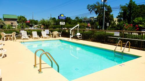 Days Inn & Suites By Wyndham Savannah Midtown - Savannah, GA 31405
