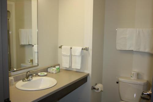 Crossroads Inn & Suites - Photo 5 of 65