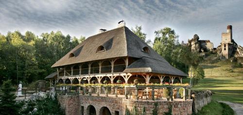 . Zabytkowy Spichlerz w Olsztynie koło Częstochowy