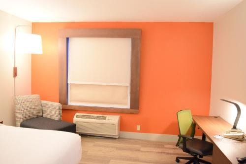Holiday Inn Express Hotel & Suites Pensacola W I-10 - Pensacola, FL 32526