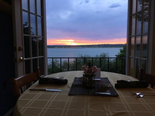 Lakehouse Bed and Breakfast - Accommodation - Canyon Lake