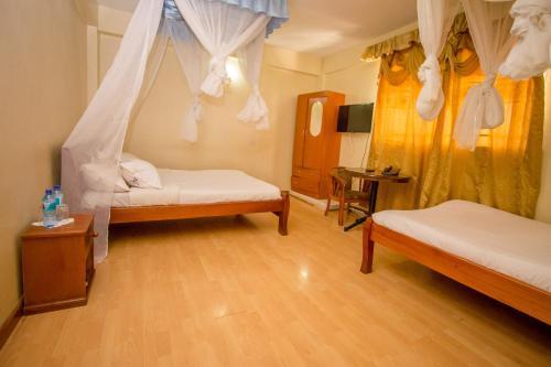 Dans Hotel, Nyaribari Chache
