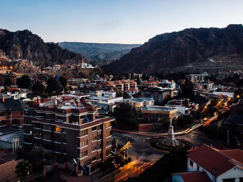 Calle 16 Nº8052, Entre Julio Patiño y Sanchez Bustamante, Calacoto, La Paz, Bolivia.