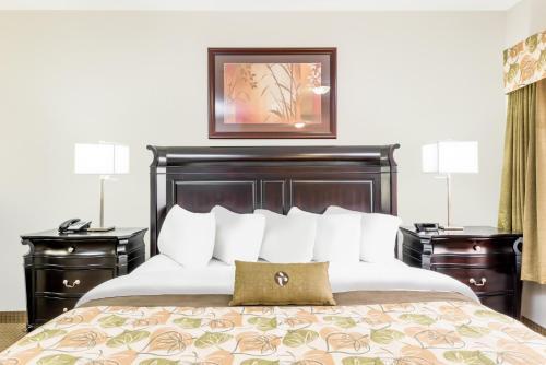 Ramada by Wyndham Olds - Hotel