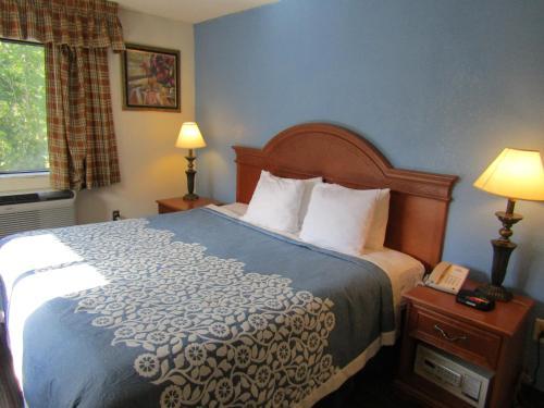Days Inn By Wyndham Runnemede Philadelphia Area - Runnemede, NJ 08078
