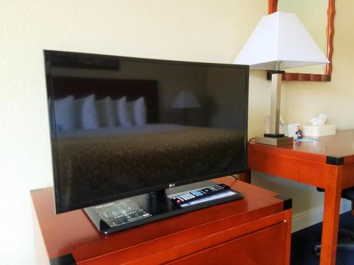 Days Inn & Suites By Wyndham Clermont - Clermont, FL 34715