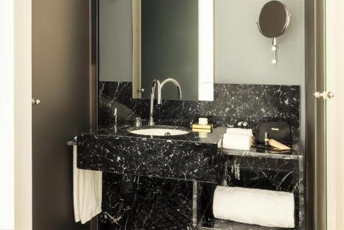 Junior Suite TÓTEM Madrid, a Small Luxury Hotel of the World 16