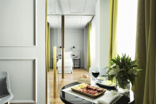 Suite Junior Deluxe TÓTEM Madrid, a Small Luxury Hotel of the World 8